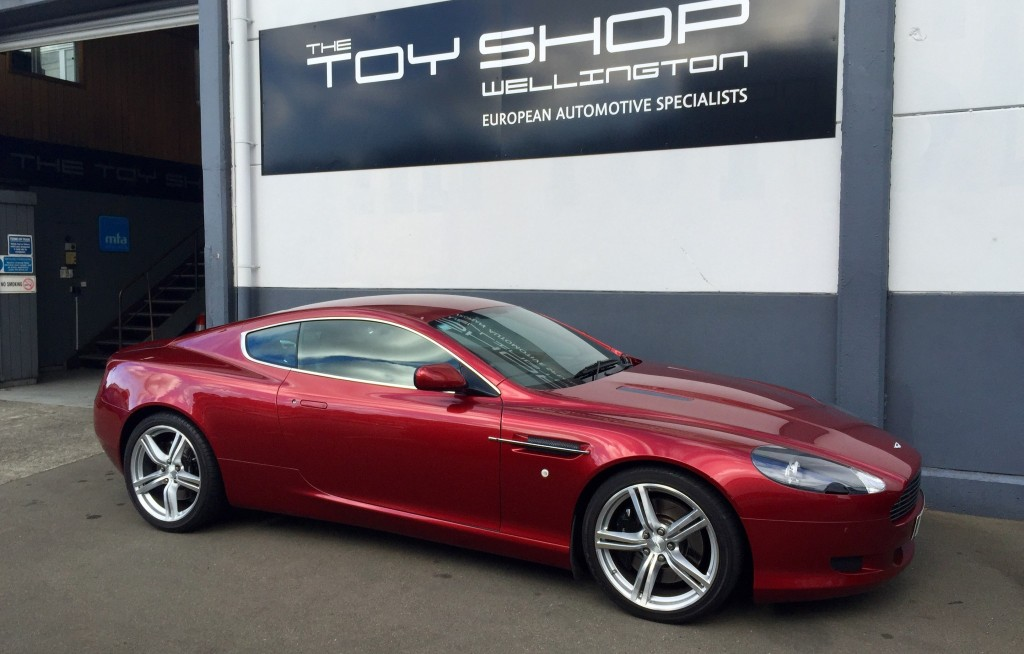 Toy-Shop-Aston-Martin-DB9-Garage-workshop-5