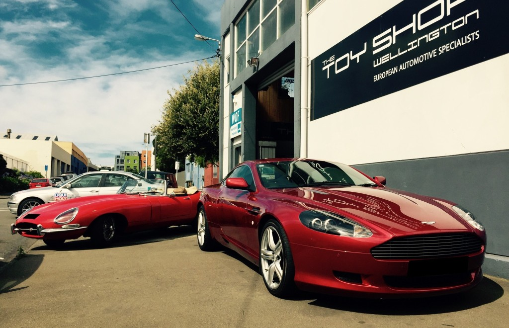 Toy-Shop-Aston-Martin-DB9-Garage-workshop-9